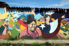 Ein Lama und zwei Personen, eine mit Hut und die andere in die chilenische Flagge gehüllt.