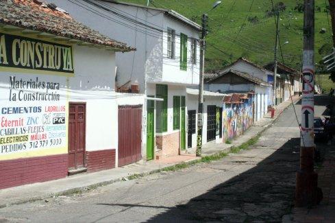 Eins meiner Lieblingsbilder - es ist so schlicht, irgendwie lebenig und typisch so, wie ich mir kleine kolumbianische Dorfstraßen vorstelle.