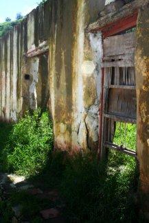 Zerfallene Mauern, Türen und Fenster ...