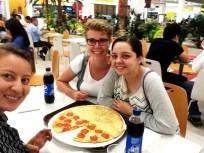 Ich zwischen Carol, der Pizza und Marcela