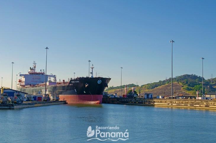 Buque pasando por la Esclusa de Pedro Miguel, uno de los lugares gratis en Panamá.