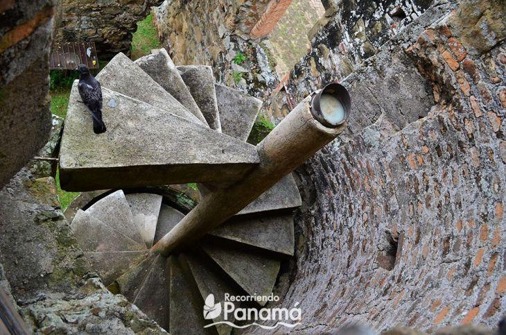 Escalera de la catedral del  Sitio Arqueológico de Panamá Viejo.