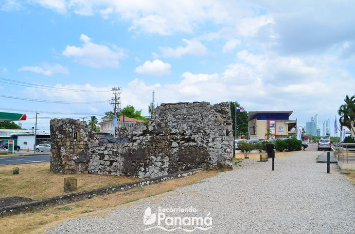 Fortín de la Natividad, in the background the entrance to the Archaeological Site.