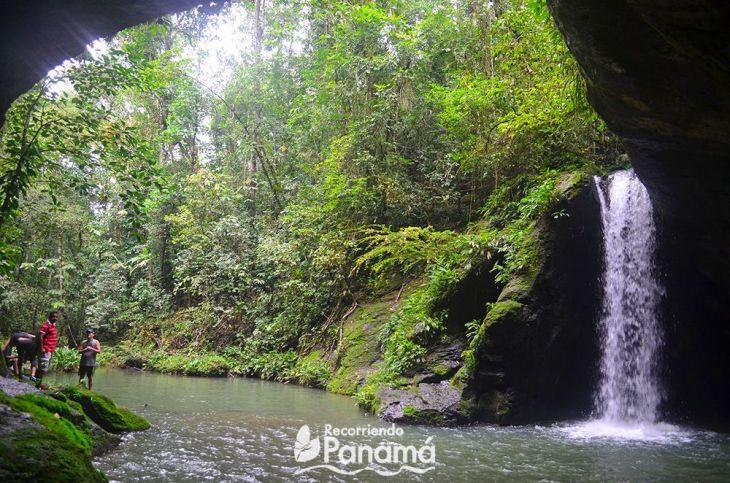 Vista desde adentro de la Cueva del Cacao