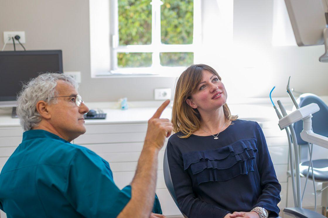 Medico che spiega la fattibilità dell'intervento