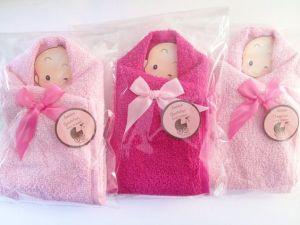 Recuerdos de Bautizo niña bolsita tonos rosas de tela con mensaje y bebe envuelto