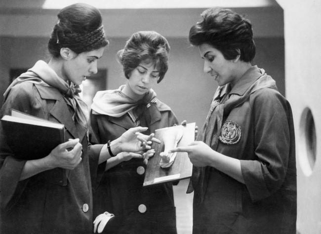 tres mujeres estudiantes de medicina afganas