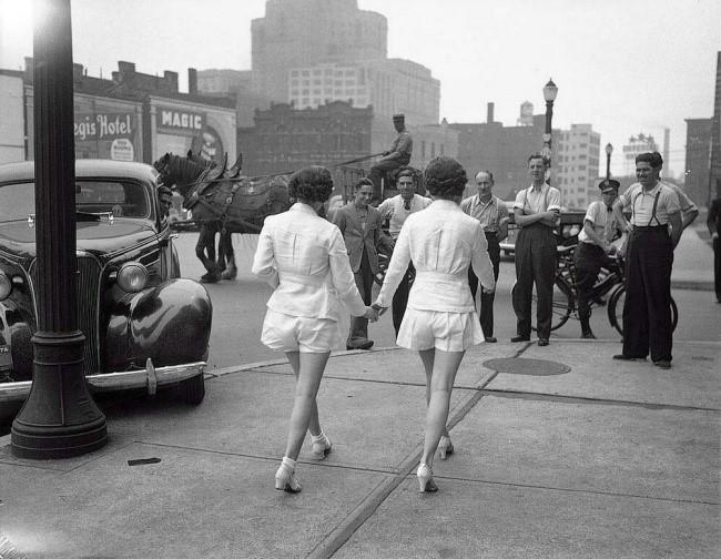 primeras mujeres en a calle sin taparse las piernas