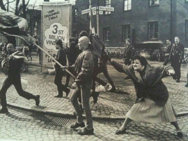 mujer golpea a neonazi