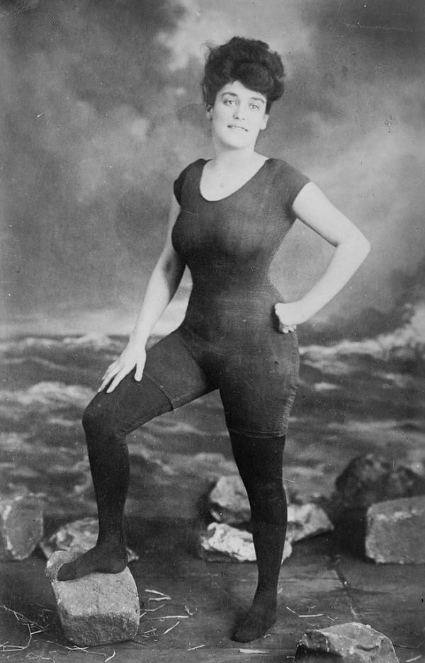 la primera mujer en posar con traje de bano y fue arrestada