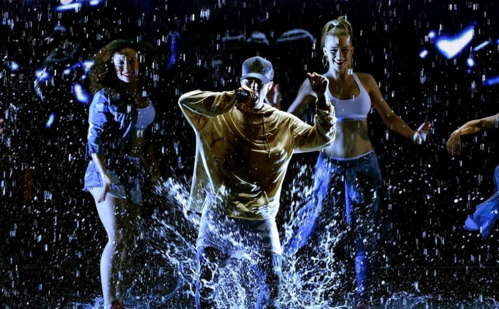 justin-bieber-amas-2015-performance-in-rain-10