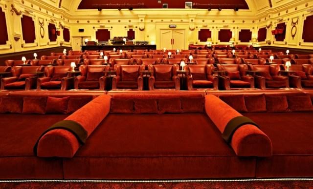 Caso o cinéfilo não queira assistir ao filme sentado em uma poltrona, o Electric Cinema permite que se escolha um banquinho, um sofá ou até mesmo uma cama. Tudo para deixar o público o mais confortável possível.