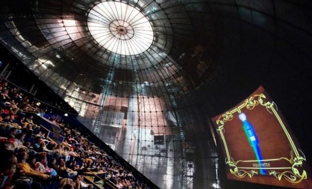 A arquitetura é curiosa: trata-se nada mais nada menos do que uma esfera. A sala abriga em torno de 400 poltronas e uma tela gigantesca. O som e as imagens são de qualidade, ainda mais em se tratando de filmes em 3D.