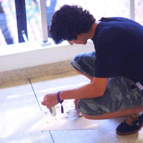 Lucca Sabongi preparando o molde.