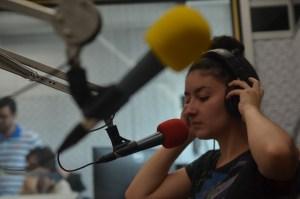 """Aluna Maria Catarina Mazzitello (4º semestre de jornalismo) é uma das locutoras do """"Sala 5"""", programa sobre cinema, da oficina."""