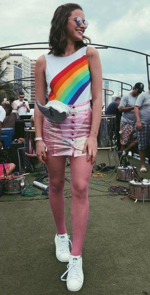 Body em fantasia de arco-íris