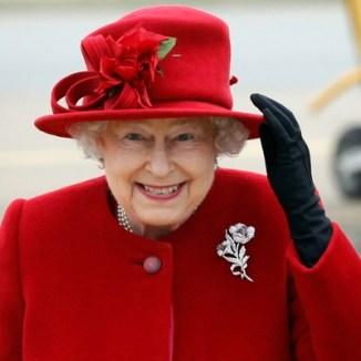 rainha-elizabeth-segura-o-chapeu-ao-chegar-a-base-da-ilha-de-anglesey-em-gales-em-visita-ao-neto-principe-william-142011-1303320787874_560x400