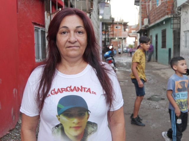 Alejandra, con la imagen de su hijo Luis pintada en la remera. Él fue muerto por una oficial de la Policía Federal, en 2010.