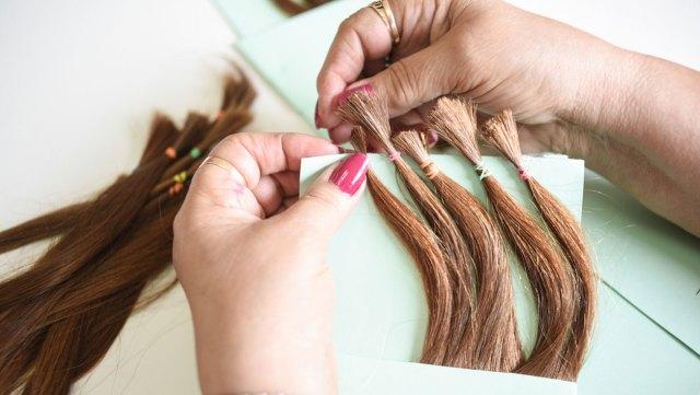 Donantes de distintos puntos del país envían por correo sus mechones a los talleres de pelucas.