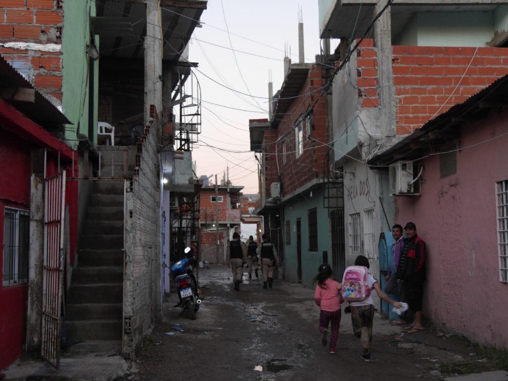 Los niños de la Villa Zavaleta conviven con la constante presencia de fuerzas armadas.