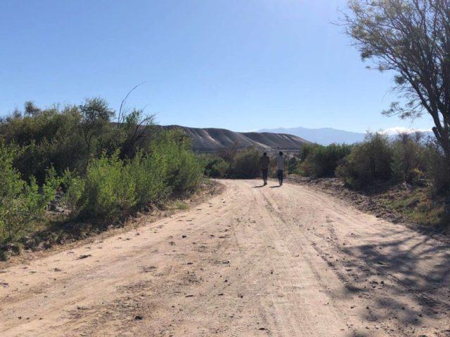 """Los jóvenes recorren los pueblos cercanos a Fiambalá. Proyecto """"El Camino""""."""