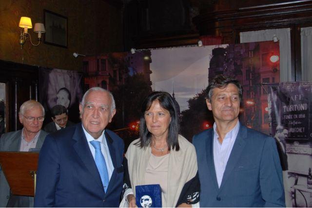 Claudia Piñeiro con Ricardo Gil Lavedra, a su izquierda. El otro señor es Hernán, el hermano de Claudia.