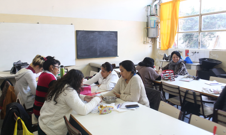 Además de tener primaria para adultos, la escuela Manuel Belgrano de la Boca da talleres de capacitación. Fotos: Rodrigo Mendoza.