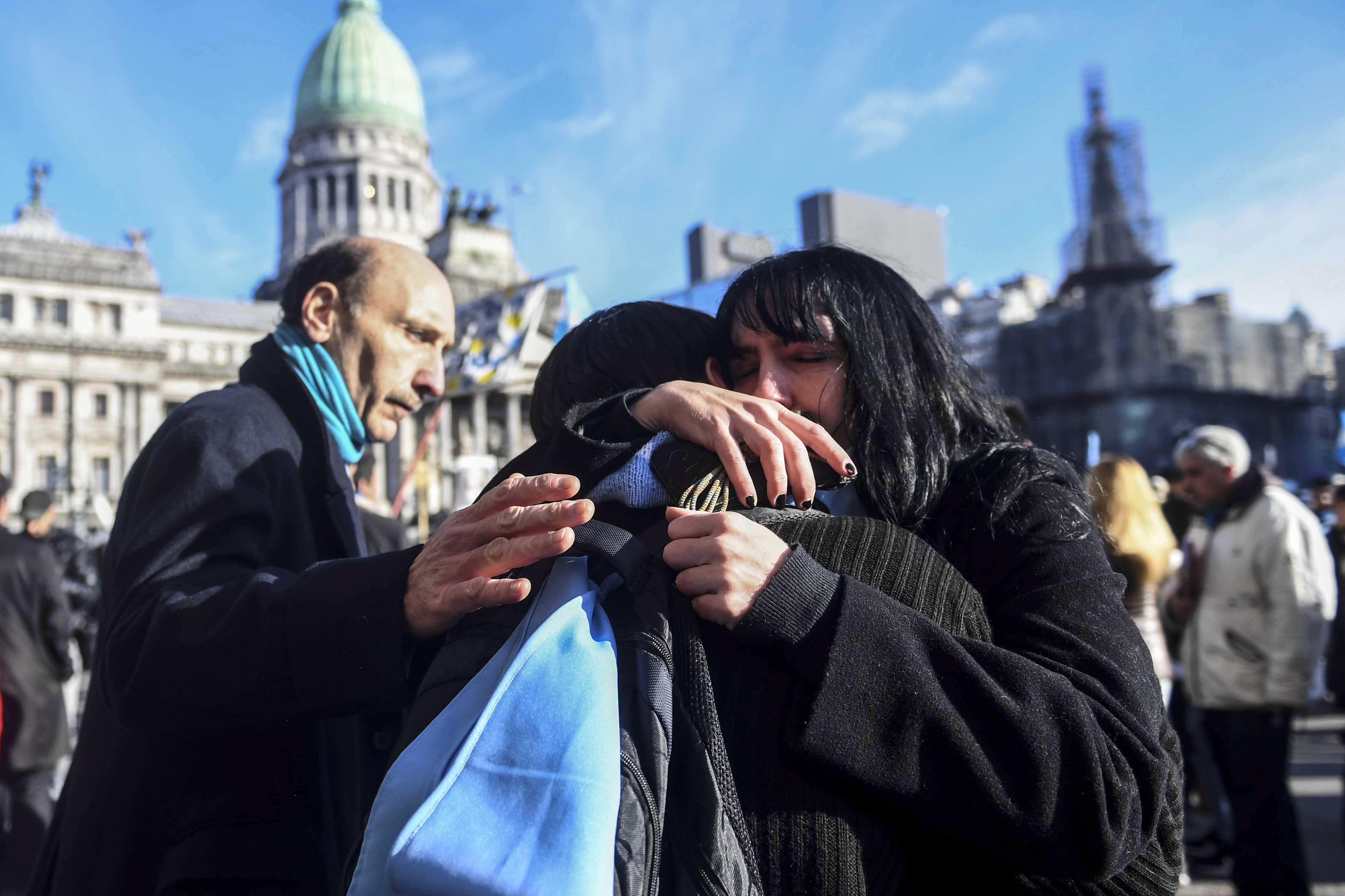 Tristeza de los manifestantes anti abortistas por la aprobación de la media sanción.   Foto: Gens - Télam