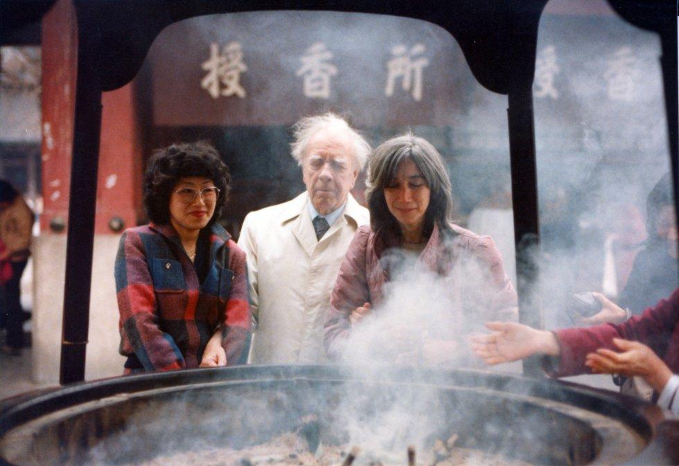 """Jorge Luis Borges y María Kodama en Japón. Una foto del libro """"Atlas"""", de Kodama."""