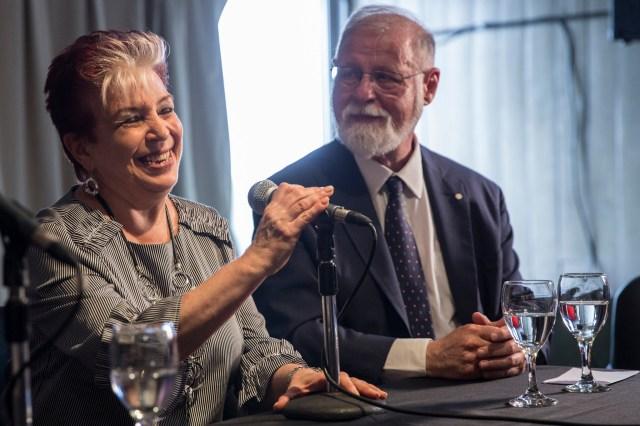 Alberto Manguel junto a Elsa Barber, quien lo sucederá. Foto: Ministerio de Cultura.