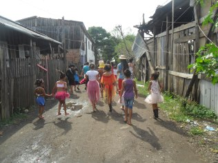 Cortejo percorreu as ruas e vielas da Ilha Grande no ritmo do carnaval.