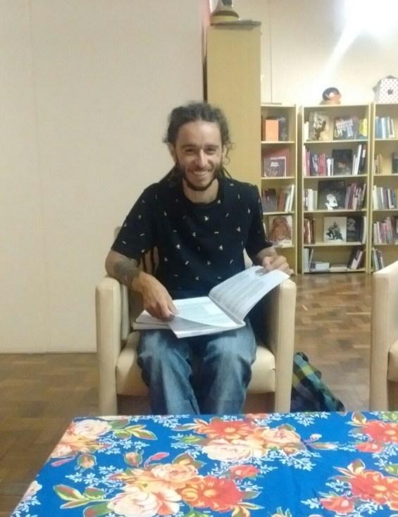 Nosso querido educador Maskote escolhendo o livro que vai mediar no próximo encontro.