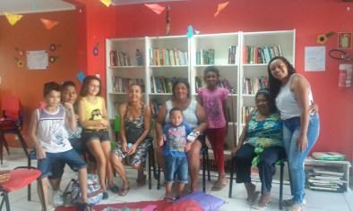 Sarau das Mulheres na Biblioteca Comunitária Chocolatão. Da esquerda para a direita, Lucas, Sandra, Aline, Tia Lena, Simone, Enzo, Maria Eduarda, Dona Emília e Rafaele.
