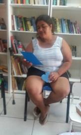 Simone, moradora e leitora da comunidade, descobrindo os poemas de mulheres!