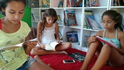 As leitoras, Erika, Zilá e Ketlen escolhendo os poemas para o sarau.