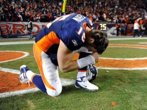 Tim Tebow praying