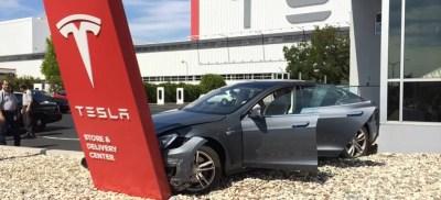 Tesla crash by Reddit user s1lentway, in r/pics
