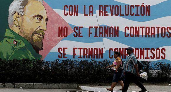 REUTERS-Enrique-de-la-Osa-Fidel-Castro-cuba-bandera-mural-580x314