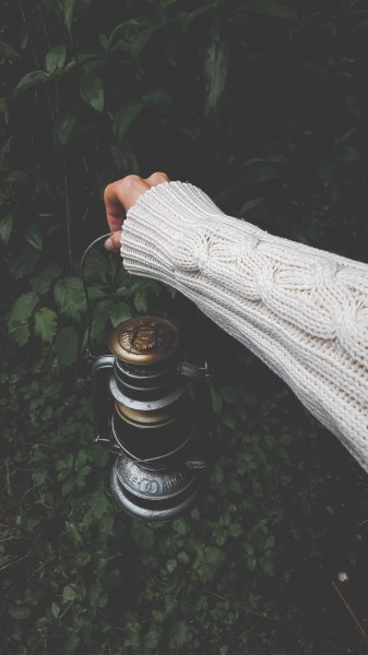 redheadventurer-liza-laboheme-travel-lifestyle-nature-day-off-civilization-lantern-knit