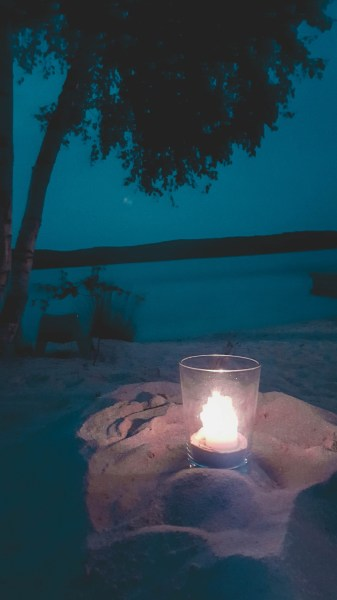 redheadventurer-liza-laboheme-blog-travel-brückelsee-germany-lake-water-beach-candle-night