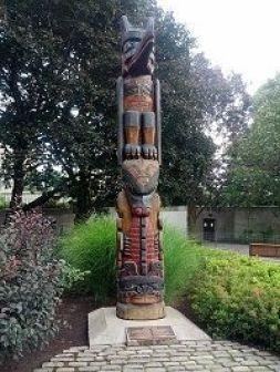 Monumento tótem a las sociedades antiguas norteamericanas en Ottawa (Canadá)
