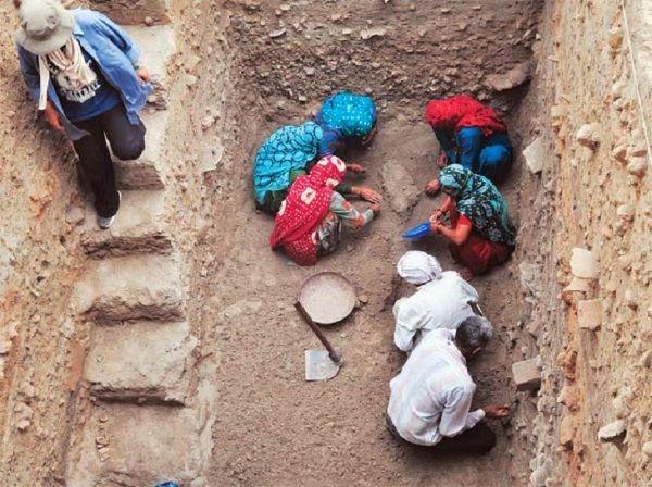Arqueólogos trabajando en el yacimiento Harappa de Rakhigarhi. Crédito:  ASI