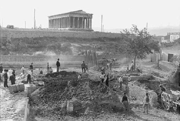 Fotografía de 1931, cuando los arqueólogos hallaron los esqueletos de bebé en Atenas. Crédito: American School of Classical Studies in Athens