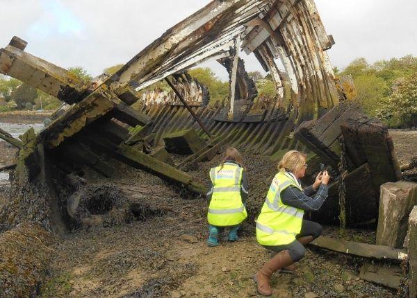 Voluntarios que trabajan con un barco abandonado