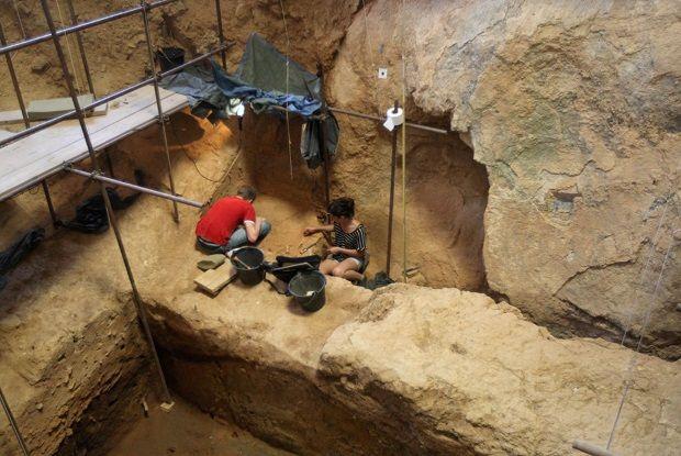 Arqueólogos voluntarios trabajando en la cueva de Arago, en Francia.