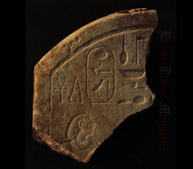 Trozo de estela del faraón Amenemhat IV encontrado en Puerto Berenice.