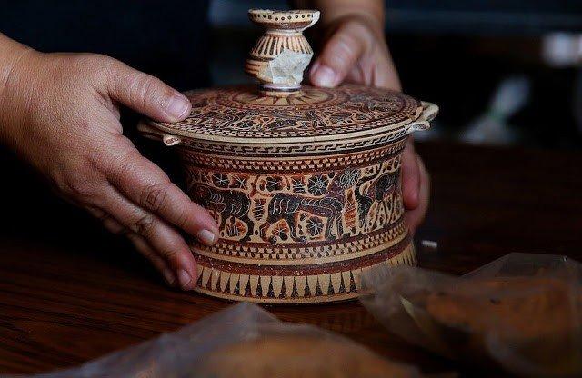 pyxis encontrado en ciudad griega tenea