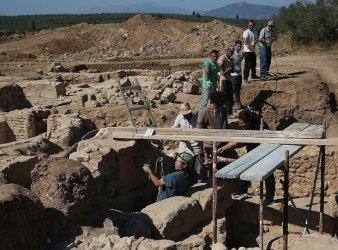 arqueologos en ciudad griega tenea