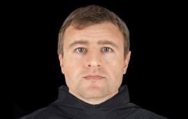 recrean rostro sacerdote medieval