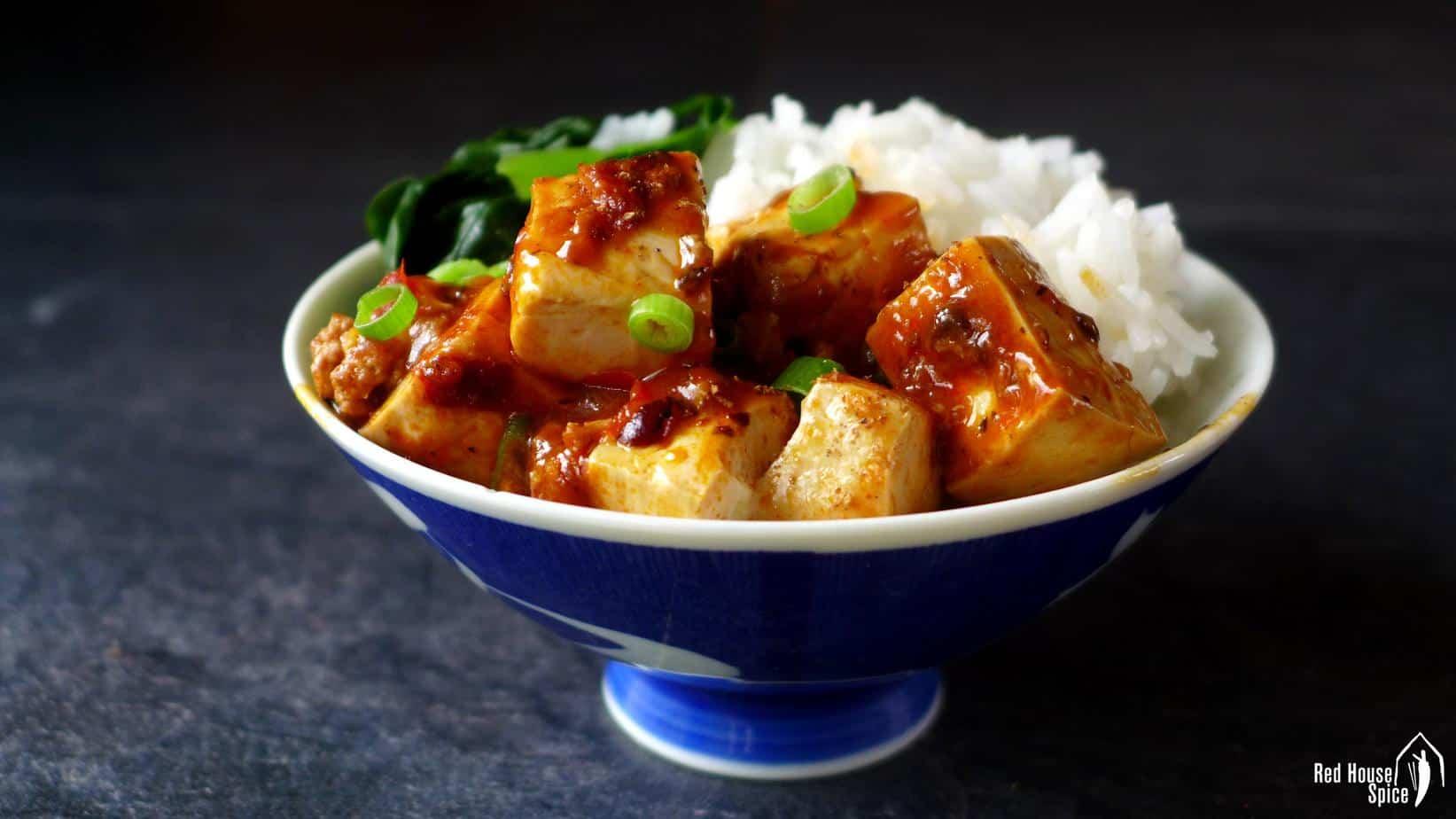 Tofu mapo sur un bol de riz nature